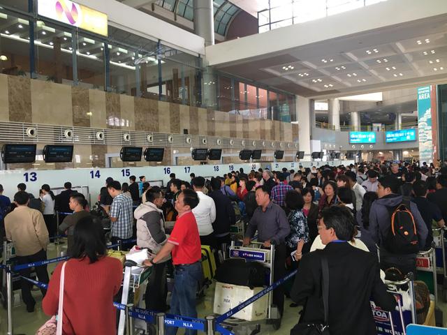 Không nên xách đồ hộ tại sân bay Nội Bài