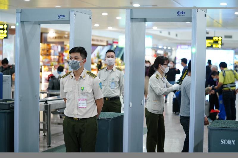 Cẩn thận khi kiểm tra an ninh tại sân bay Nội Bài