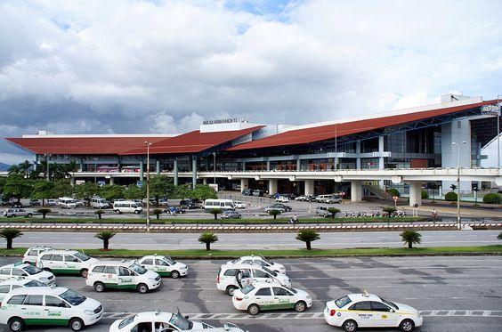 Taxi giá rẻ đón trong sảnh sân bay Nội Bài
